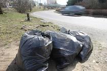 Pytle s odpadem v Lábkově ulici