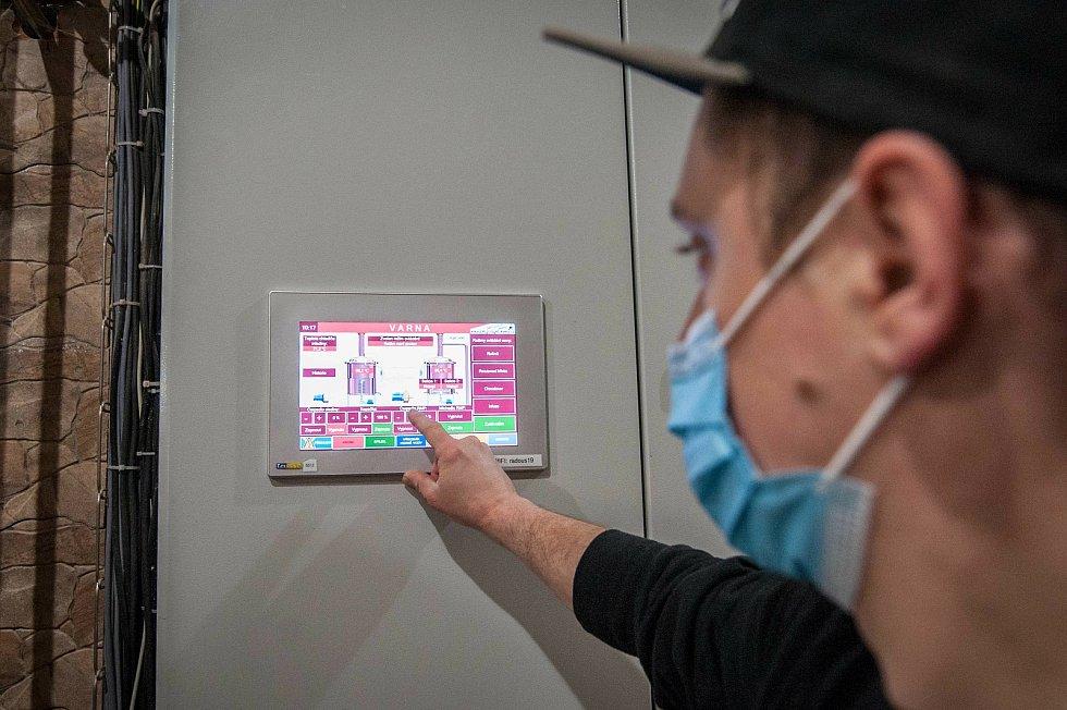Vrchní sládek zde nastavuje samotné procesy a má pod kontrolou teploty varných i chladicích zařízení pro mladinu.