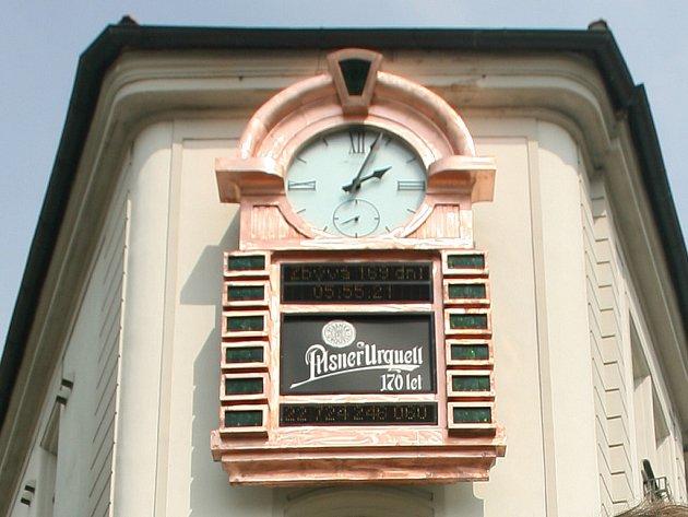 Pivní orloj na budově Plzeňského Prazdroje hned vedle historické brány