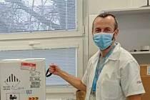 První vakcíny proti covidu dorazily do fakultní nemocnice, očkovat se začne ve čtvrtek. Na snímku farmaceutický asistent Václav Pekárek přebírá dodávku vakcíny.
