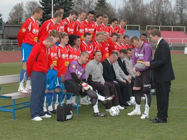 Připravit mužstvo na společnou fotku není jen tak. Své o tom ví obchodně markentinkový manažer fotbalového klubu  Viktoria Plzeň Jaromír Hamouz (vpravo). Jeho úkolem bylo seskládat tým podle zasedacího pořádku