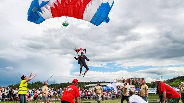 Balonová show opět bez balonů aneb Nebe plné padáků se konala opět ve Škodalandu