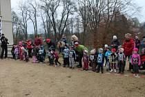 Při startu nejmladší kategorie na běhu 17. listopadu v Blovicích většinou asistovaly maminky závodníků