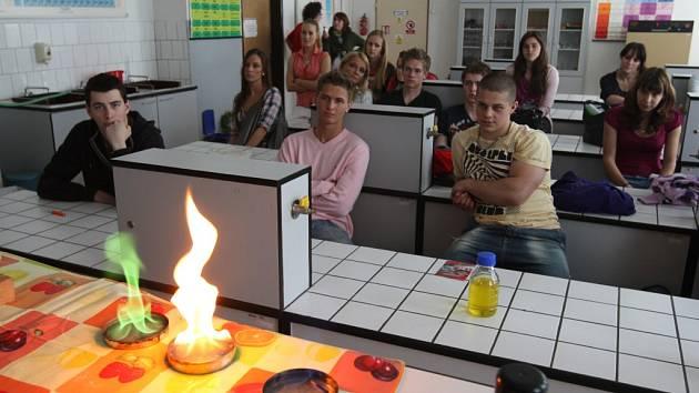 Den plný chemických pokusů si pro žáky Sportovního gymnázia v Plzni připravili studenti Vysoké školy chemicko-technologické v Praze