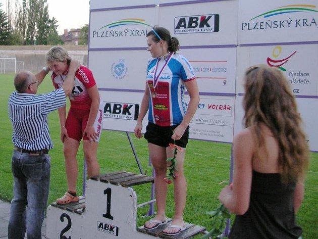 Plzeňská cyklistka Petra Matějková (vlevo) přebírá stříbrnou medaili za druhé místo ve sprintu kadetek na mistrovství České republiky. Vpravo  je celkově třetí Emma Šuráňová z TJ Favorit Brno