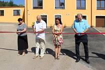 Snímek z otevření nové budovy Domova klidného stáří, kterého se zúčastnil i hejtman Václav Šlajs
