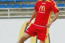 Fotbalista pražské Sparty Patrik Berger si zpracovává míč při exhibičním zápase v rámci finále McDonald´s Cupu v Plzni. Berger byl patronen letošního ročníku