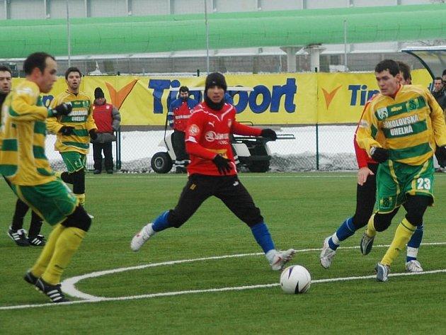 Fotbalisté Viktorie Plzeň (na snímku z utkání proti Sokolovu v červeném dresu Milan Petržela) vyhráli bez porážky a  inkasovaného gólu skupinu B Tipsport ligy a postoupili do zítřejšího čtvrtfinále. V něm se střetnou s Dynamem Drážďany