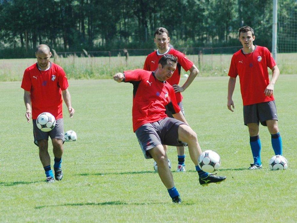 Fotbalista FC Viktorie Plzeň Pavel Horváth  (uprostřed v popředí) napřahuje ke střele při včerejším tréninku na hřišti v Líních u Plzně
