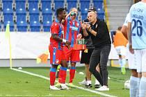Trenér Adrian Guľa během čtvrtečního zápasu 3. předkola Evropské ligy emotivně vysvětloval svým svěřencům, co po nich na hřišti chce.