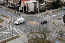 Téměř jako obyčejná vypadá z ptačí perspektivy okružní křižovatka v Mohylové ulici v Plzni– Doubravce. Je to totiž podle všeho nejmenší kruhový objezd v České republice