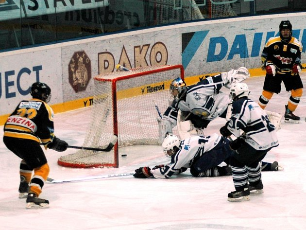 Brankář Lasselsbergeru Plzeň Tomáš Král inkasuje třetí branku v utkání 42. kola hokejové extraligy dorostu s Litvínovem. Autorem branky byl explzeňský Marek Zavřel (vlevo), jeho tým na západě Čech prohrál 3:6.