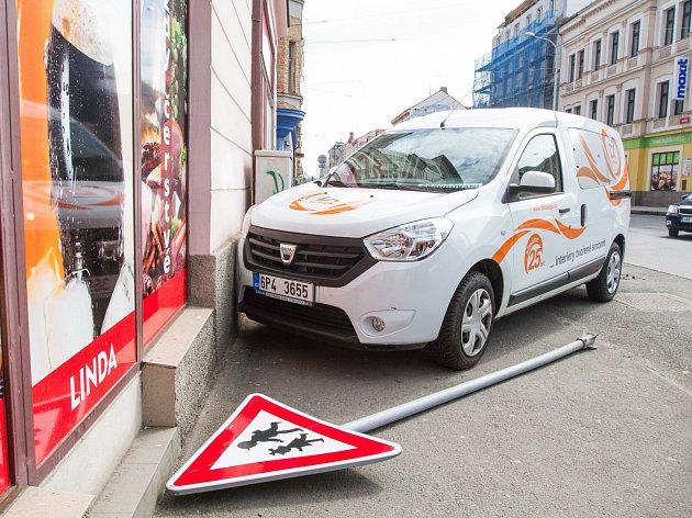 Nehoda automobilu v Husově ulici