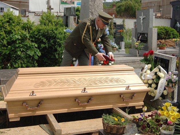 S tragicky zemřelým vojákem Nikolajem Martynovem se na štěnovický hřbitov přišli rozloučit rodinní příslušníci, vojáci i známí
