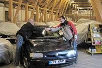Martin Leška (vpravo) daroval svoji felicii dánskému muzeu. Ta zde stojí po boku vozu korunního prince