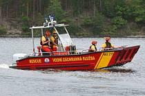 Při cestě k zásahu je záchranářské plavidlo jasně rozeznatelné díky výstražnému zařízení - modrým majákům a zvukové signalizaci.