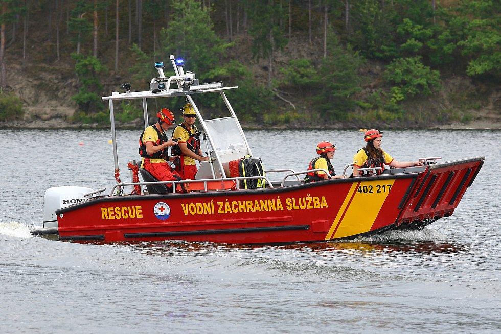 31 - Při cestě k zásahu je záchranářské plavidlo jasně rozeznatelné díky výstražnému zařízení - modrým majákům a zvukové signalizaci.