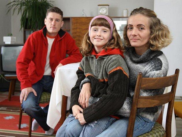 Šťastná rodina v novém bytě ve Vejprnicích. Starší dcera se před fotografem schovala do skříně