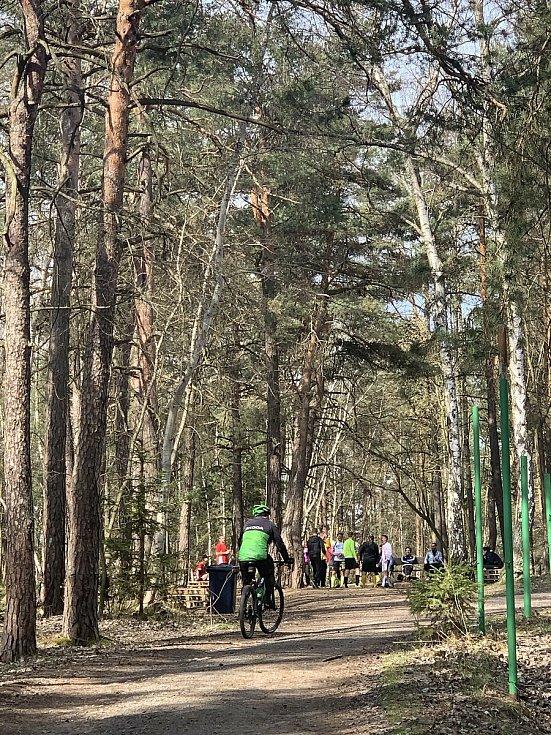 Sobotní počasí cyklistům sice moc nepřálo, hned v neděli ráno jich ale řada vyrazila na vrch Krkavec nebo k Boleveckým rybníkům.