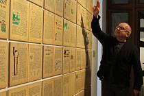 Kurátor výstavy Předtím, teď, potom Martin Klimeš ukazuje instalaci, kterou připravil ze stránek skautského deníku svého prastrýce