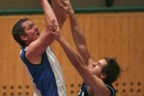 Basket Západ prohrál o víkendu v prvoligových bojích na hřišti Chomutova i Litoměřic. Na archivním snímku z domácího utkání s Olomoucí se snaží bodovat Jaroslav Kovanda (vlevo)