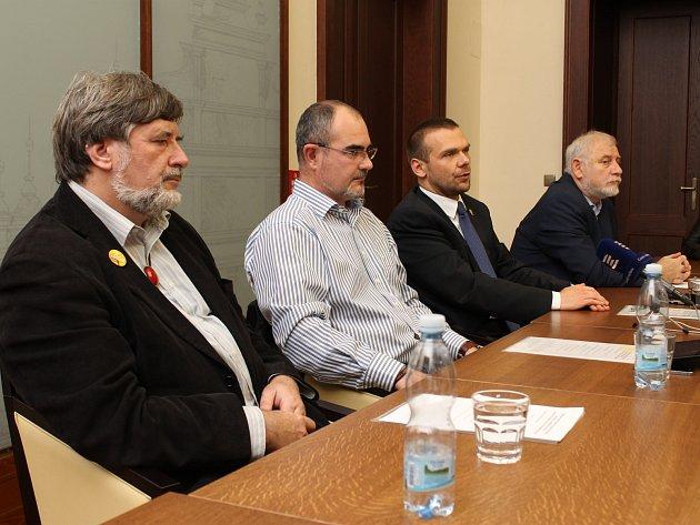 Zleva Petr Náhlík (KDU-ČSL), Martin Zrzavecký (ČSSD), Martin Baxa (ODS) a Ludvík Rösch (Občané patrioti)