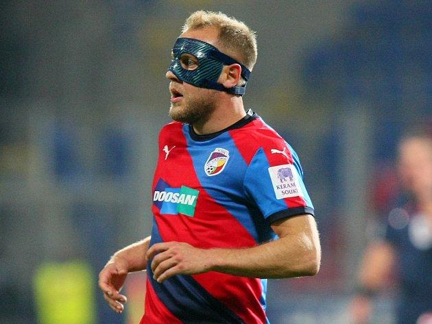 Daniel Kolář s obličejovou maskou