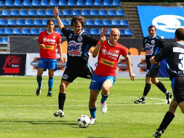 Daniel Kolář z Viktorie Plzeň (v červeném dresu vpravo) byl povolán trenérem Strakou spolu se svým spoluhráčem Davidem Limberským do reprezentace v utkání proti Maltě