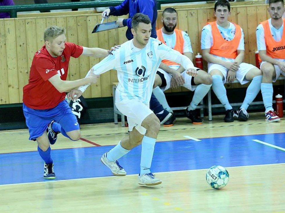 I když je Interobal Plzeň v tabulce až za Mělníkem, je favoritem na vítězství. Na snímku Plzeňané (pruhované dresy) hrají jeden z domácích podzimních zápasů.