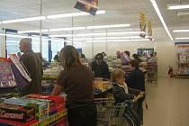Lidé už naplno využívají nově otevřeného supermarketu Lidl v Třemošné