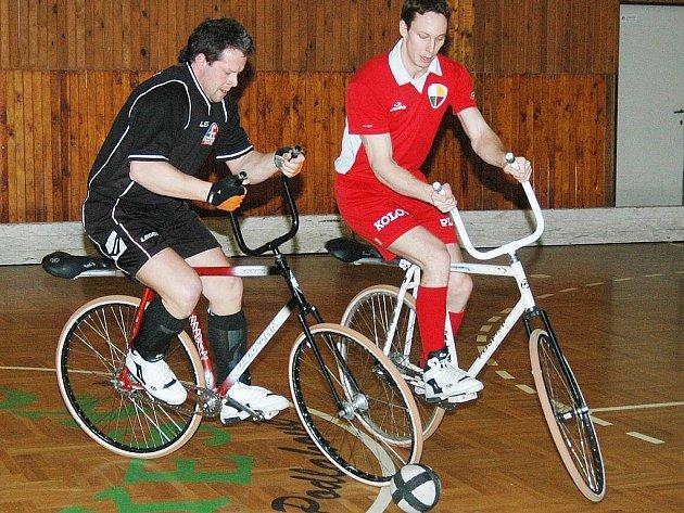 Petr Skoták z Favoritu Brno II (vlevo) a Ondřej Kydlíček ze Startu VD Plzeň bojují o míč v utkání finále Českého poháru v kolové v Plzni.