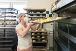 Tyto již vykynuté pletence ze sladkého pečiva putují rovnou do pece.