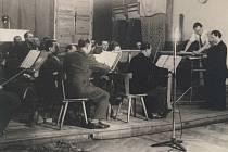 Archivní snímek z roku 1947 zachycuje Plzeňský rozhlasový orchestr v improvizovaném studii v tělocvičně školy na dnešní Americké třídě