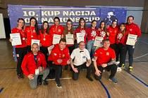 Lenka Bernardová (třetí zleva) a Viktorie Jílková (v horní řadě uprostřed) získaly medaile z prestižního turnaje v Srbsku.