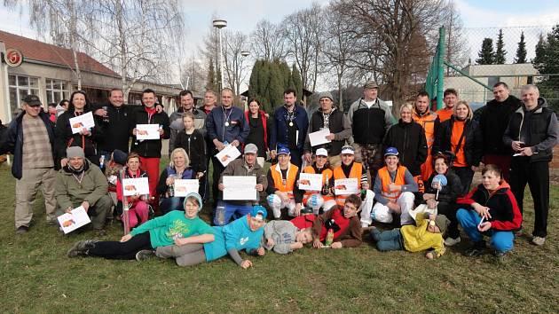 Hromadné foto účastníků popelářských závodů.