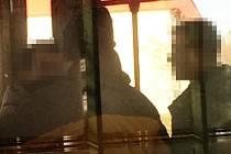 Odjíždějící revizoři na snímku svědkyně