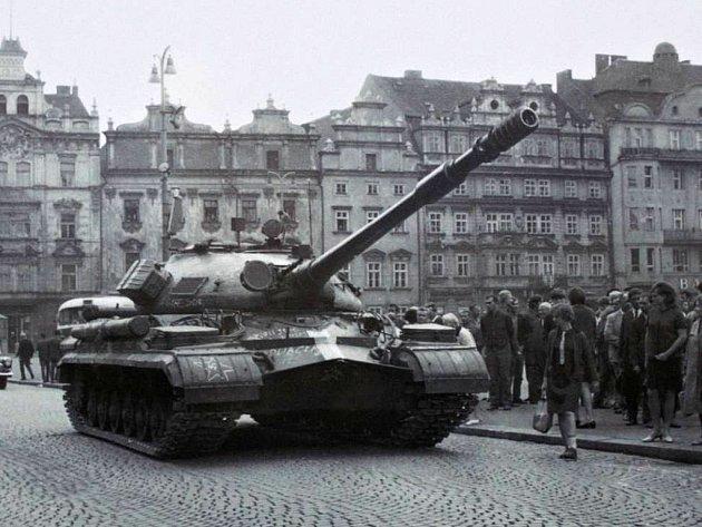 Lidé nevěřícně koukají na tanky, které obsadily centrum Plzně (nám. Republiky). Proti sovětským vojákům se okamžitě zvedla vlna odporu.