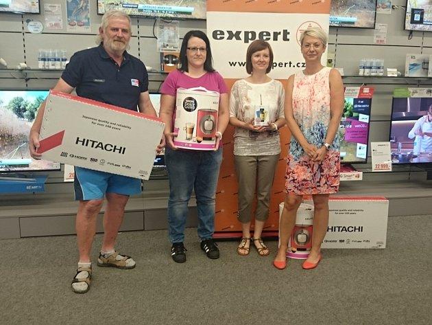 Václav Beneš, Lucie Puláková (druhá zleva) a Veronika Šobrová si z obchodu Expert Elektro na Borech odnesli elektroniku za vítězství v Tip lize Deníku.