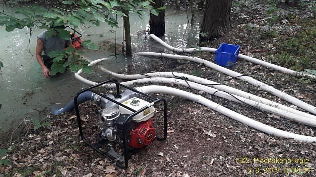 Hasiči odčerpávali vodu, která unikala z vodovodního potrubí u Třemošné.