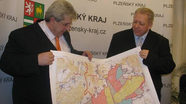 Boj o Brdy. Hejtmani Josef Řihák (vlevo, Středočeský kraj) a Milan Chovanec (Plzeňský kraj) s mapou vojenského újezdu