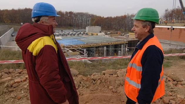 Stavbyvedoucí Pavel Hloušek a hlavní stavbyvedoucí Vlastislav Bartoš (zleva) stojí u objektu nového vodojemu v Lobzích. Do výkopu vodojemu, jehož dokončení je naplánováno na srpen příštího roku, by se vešel celý fotbalový stadion
