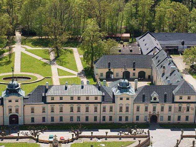 Zámek Manětín na leteckém snímku.