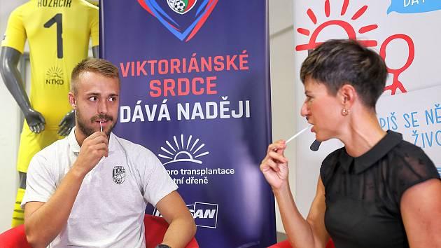 Stoper Viktorie Plzeň Luděk Pernica ve středu vstoupil do registru dárců kostní dřeně. Vzadu dres brankáře Kozáčika, pod číslem dresu logo NTKD.