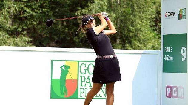 Eva Koželuhová (na snímku) si souboj s dámskou golfovou elitou v Dýšině užívala