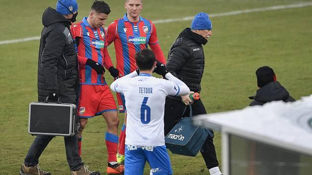 Utkání v Ostravě opouštěl Jan Kovařík po 25 minutách se zraněním hlavy.