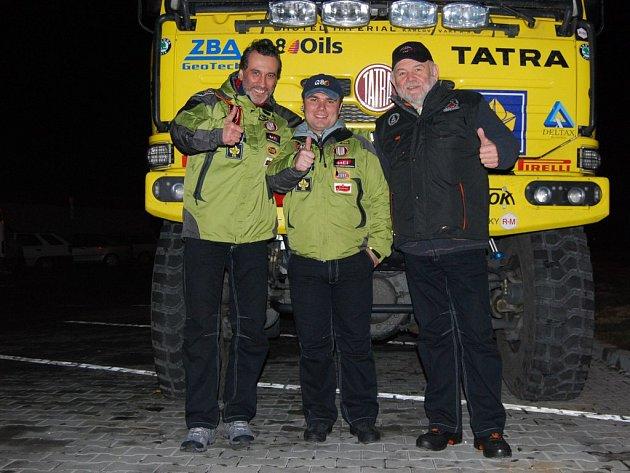 VZHŮRU NA DAKAR! O vítězství se při jubilejním 30. ročníku dakarské rallye popere v kategorii kamionů Aleš Loprais (uprostřed). Jeho strýc Karel (vpravo) bude opět řídit novinářský vůz. Dalším členem posádky press caru je populární herec David Suchařípa.