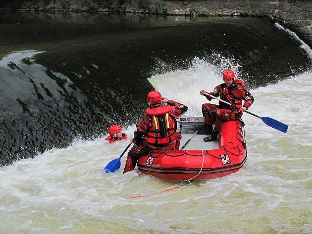 K jezu v Hradišti jezdí cvičit plzeňští hasiči, trénují tu záchranu tonoucího. Ze břehu je to velmi poutavá podívaná, evidentně si cvičení užívají i samotní hasiči. Úsměv je opouští až ve chvíli, kdy musí ven z vody