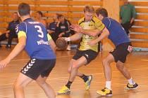 Vzájemný duel Újezda (ve žlutém) a Diossu Nýřany skončil 23:23, do pohárového finále prošly oba celky