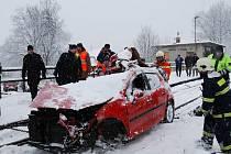 Pondělní nehoda na železničním přejezdu u Hradce u Stoda si vyžádala život řidiče automobilu. Se sedmadvacetiletým mužem cestovala i jeho osmiletá dcera, kterou z místa odvezla záchranka do fakultní nemocnice v Plzni