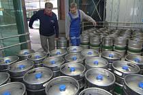 Pracovníci stavební firmy plní  před zatěžkávací zkouškou největší osobní výtah v Plzni sudy s pivem. Aby prověřili nosnost, museli do výtahu naložit 84 sudů. Jeden váží i s obsahem zhruba 63,5 kilogramu